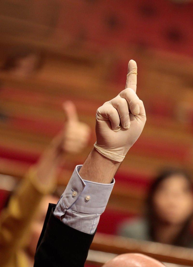 GRAFCAT5540. BARCELONA, 24/04/2020.- El portavoz de JxCat, Eduard Pujol, levanta un dedo para indicar el sentido del voto a sus compañeros durante el pleno del Parlament que este viernes celebra el debate final de los presupuestos de la Generalitat para 2020 y de la ley de acompañamiento, una sesión plenaria de formato reducido, la primera desde el estallido de la emergencia sanitaria por el coronavirus. EFE/Job Vermeulen/Parlament SOLO USO EDITORIAL/NO VENTAS 4651#Agencia EFE